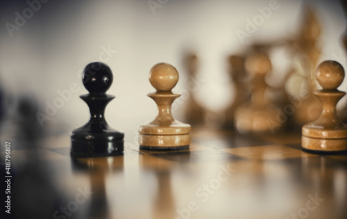Two chess pieces are pawns: black and white Fototapete