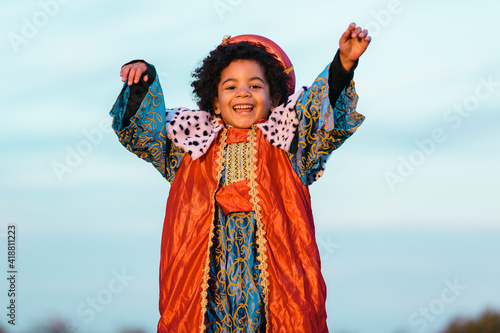 Photo Black child with afro hair, dressed in a wise man's costume