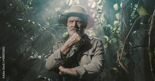 Brave explorer in the tropical jungle Fototapet