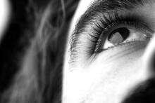 Foto In Bianco E Nero Dell'occhio Di Un Uomo Che Guarda Verso L'alto