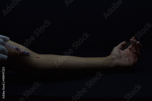 Obraz Persona inyectándose (enfoque único) - fototapety do salonu