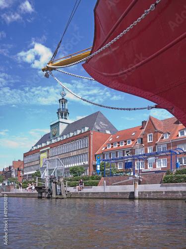 Tablou Canvas Rathaus von Emden vor Bug des Leutschiffes