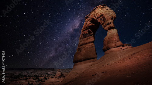 Foto The delicate arch by night with the milky way, utah, arches national park