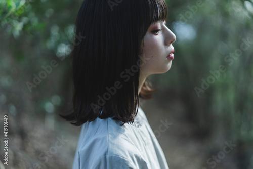 Obraz 休日に散策する女性 - fototapety do salonu