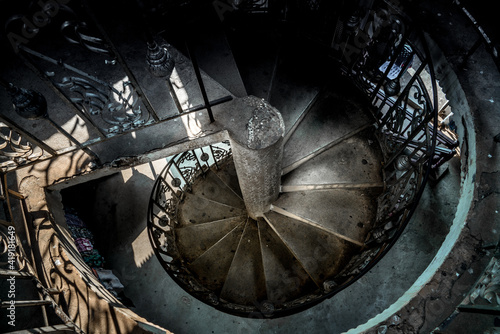 Photo An ornate spiral staircase in asia