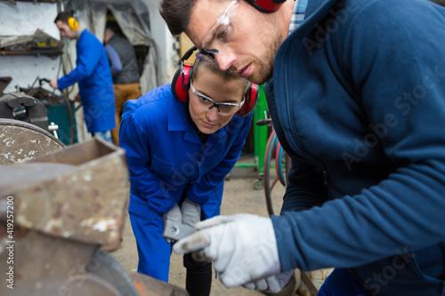 Fotografia woman and man welder welding