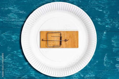 Fotografía Empty mousetrap in a white empty plate