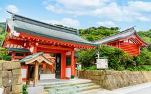 神話と伝説の美しい神宮門  観光客・旅行・ 日本・九州・宮崎県・撮影地:鵜戸神宮・令和 Beautiful Mythical And Legendary Jingu Gate Tourists / Travel / Japan / Kyushu / Miyazaki Prefecture / Location: Udo Shrine / Reiwa