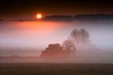 jesienny  mglisty świt  z belami siana