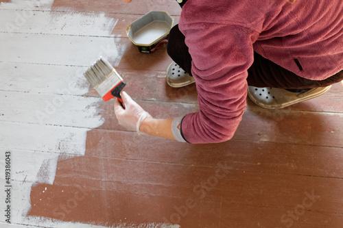 Fototapeta Malowanie starej podłogi z desek na kolor jasnoszary. obraz