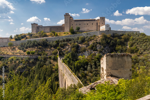 Foto Spoleto castle with aqueduct in Umbria, Italy