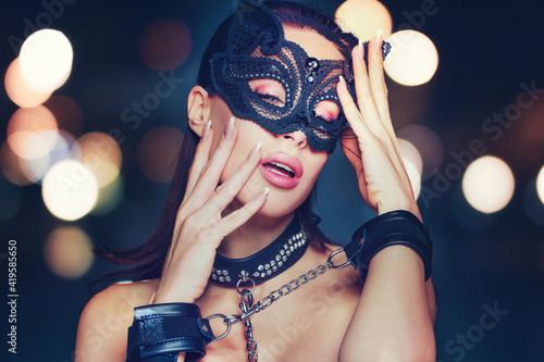 Foto Sensaul young brunette woman in catwoman mask