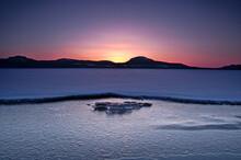 太陽が昇る直前のグラデーションの美しい夜明けの空の下の湖の風光明媚な眺め。