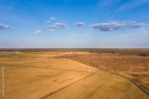 Obraz Przedwiośnie na polach. Widok z drona. - fototapety do salonu