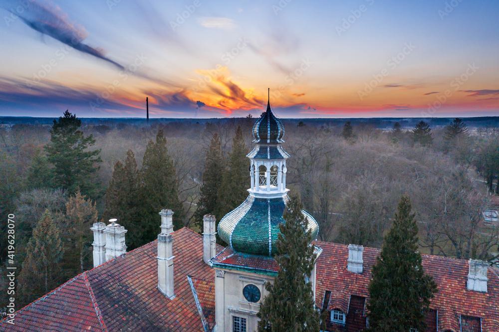 Fototapeta Pałac dworski w Iłowej. Wieża na tle wieczornego nieba. Zdjęcie z drona.