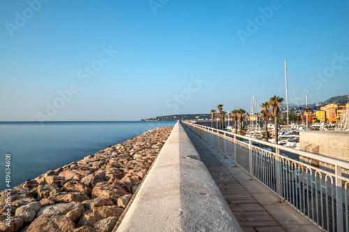 Obraz Perspective d'une ligne droite pavée en bord de mer - fototapety do salonu