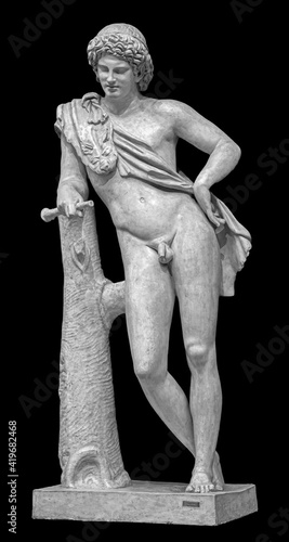 Foto Ancient white marble full length sculpture of naked young man