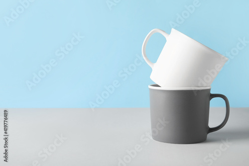 Fototapeta Empty cups on color background obraz