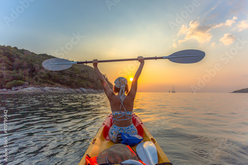Foto A female tourist wearing a bikini sits on a canoe