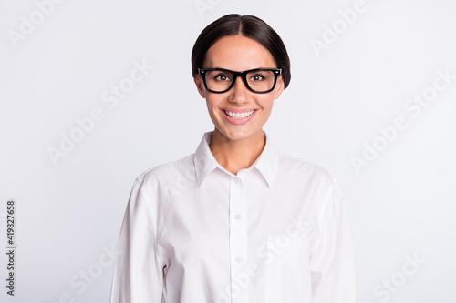 Foto Photo of optimistic brunette hairdo lady wear spectacles white shirt isolated on