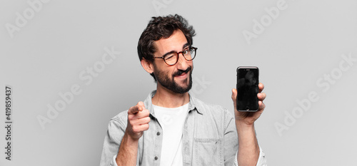 Foto young crazy bearded man. pointing gesture. phone screen concept