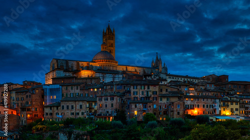 Canvastavla Medieval town skyline view with Siena Cathedral and historic buildings in Italy