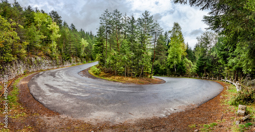 Curved serpentine mountain road Fotobehang
