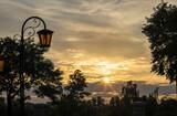 Fototapeta Fototapeta Londyn - Piękny złoty zachód słońca w  ogrodzie.