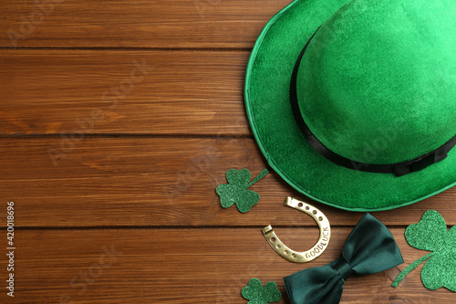 Flat lay composition with leprechaun hat on wooden table, space for text Fototapet