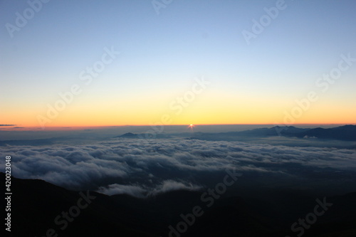 Foto 夜明け前 オレンジ色に染まる雲海。赤岳より。