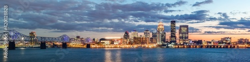 Photographie View of Louisville, Kentucky skyline from the Ohio River