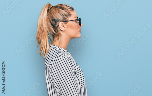 Foto Young caucasian woman wearing business shirt and glasses looking to side, relax profile pose with natural face with confident smile