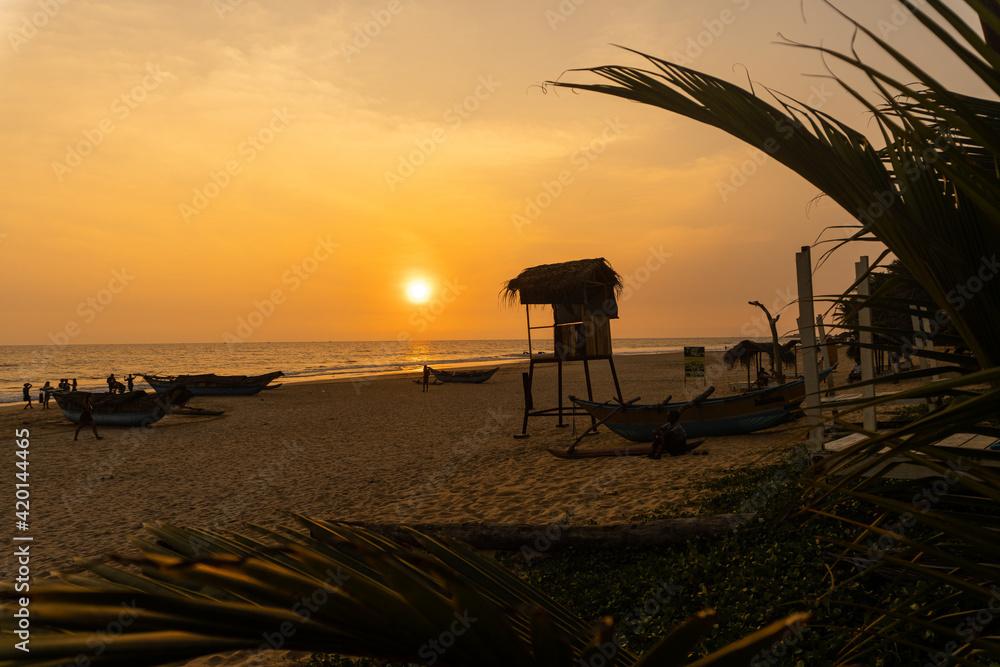 Fototapeta Piękny zachód słońca na plaży, tropikalny krajobraz z rybackimi łódkami.