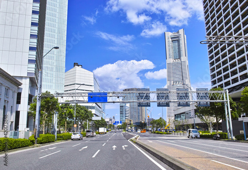 Obraz na plátně 横浜市関内の本町5丁目交差点から桜木町方面の風景