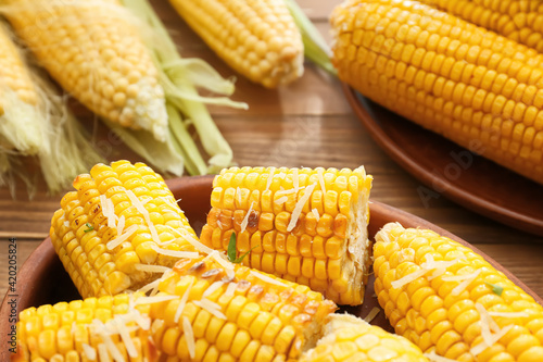 Tablou Canvas Baking dish with tasty baked corn cobs on wooden background