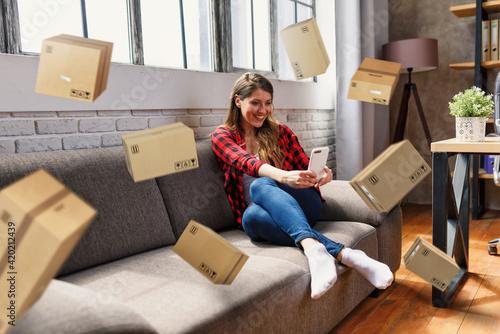 Papel de parede Woman does shopping through e-commerce online shop