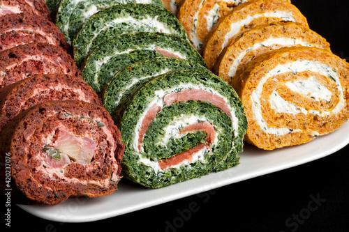 Fototapeta roladki, jedzenie, przekąska, smaczny, przepyszny, swiezy, spirala, płyta, domowe, szpinak, łosoś, ryba, warzywa, marchewka, serek obraz