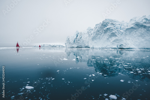Photo Arctic nature landscape with icebergs in Greenland icefjord with midnight sun sunset sunrise in the horizon
