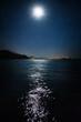 canvas print picture - Der Mond spiegelt sich auf dem Meer an einem Urlaubsort.