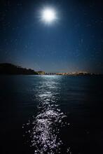 Der Mond Spiegelt Sich Auf Dem Meer An Einem Urlaubsort.