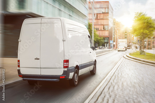 Canvastavla Cargo van driving in the city