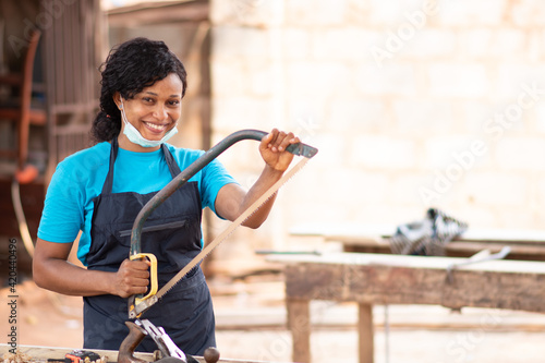 Canvas Print portrait of a happy female african carpenter