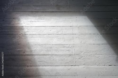 Fototapeta Puste pomieszczenie w trakcie remontu, z pojedynczym oknem. obraz na płótnie