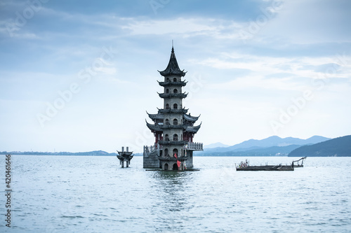 Foto The landscape of ancient Chinese architecture archways, pavilions, terraces and towers in the center of Poyang Lake, a submerged spectacle, is located in Jiujiang City, East China's Jiangxi Province
