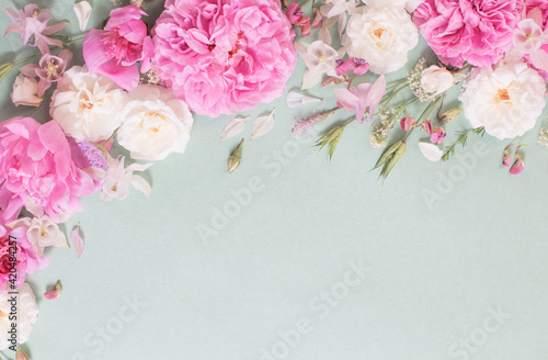 Obraz pink and white roses on paper background - fototapety do salonu