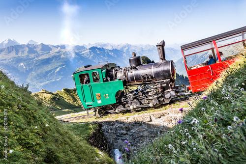 Dampfbetriebene Zahnradbahn, Dampflok, Dampfeisenbahn, Dampfbahn, Dampflokomotive, Brienz Rothorn Bahn, Alpen und Berge im Berner Oberland, Schweiz