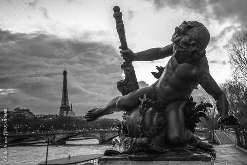 Carta da parati Grayscale shot of the Bronze Cherub statue in Paris