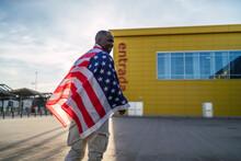 Chico Negro Con Bandera De Estados Unidos En Un Parking