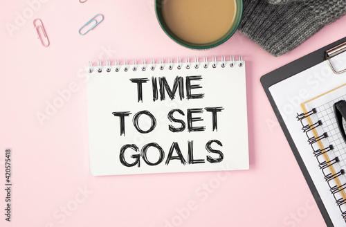 TIME TO SET GOALS written in a white notebook on a pink background near the pen Fototapeta