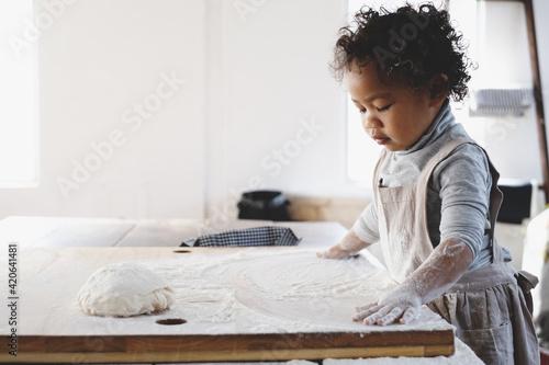 Obraz na plátně クッキー作りをする女の子